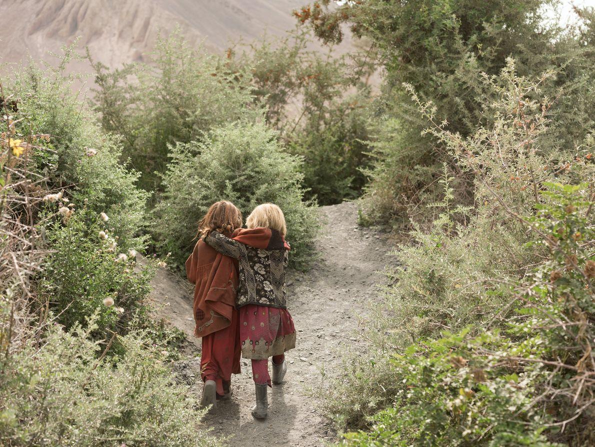 Anor Gul, de seis (izquierda) y Gul Shira, de siete, salen al encuentro de otros niños ...