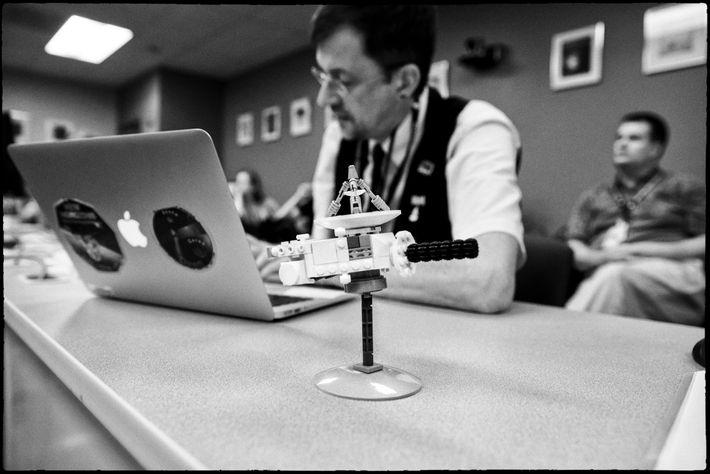 El co-investigador de New Horizons, Paul Schenk, líder de la misión en el mapeo de Plutón, ...