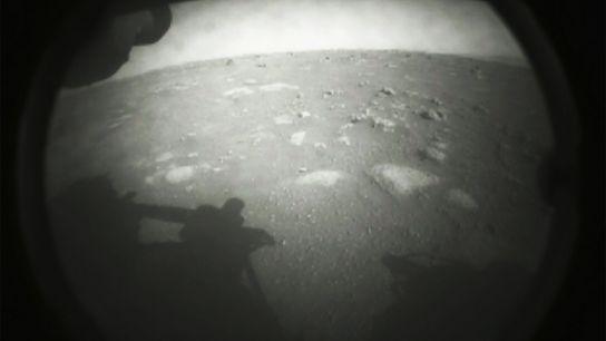 El rover Perseverance tomó su primera imagen de la polvorienta superficie marciana momentos después de aterrizar ...