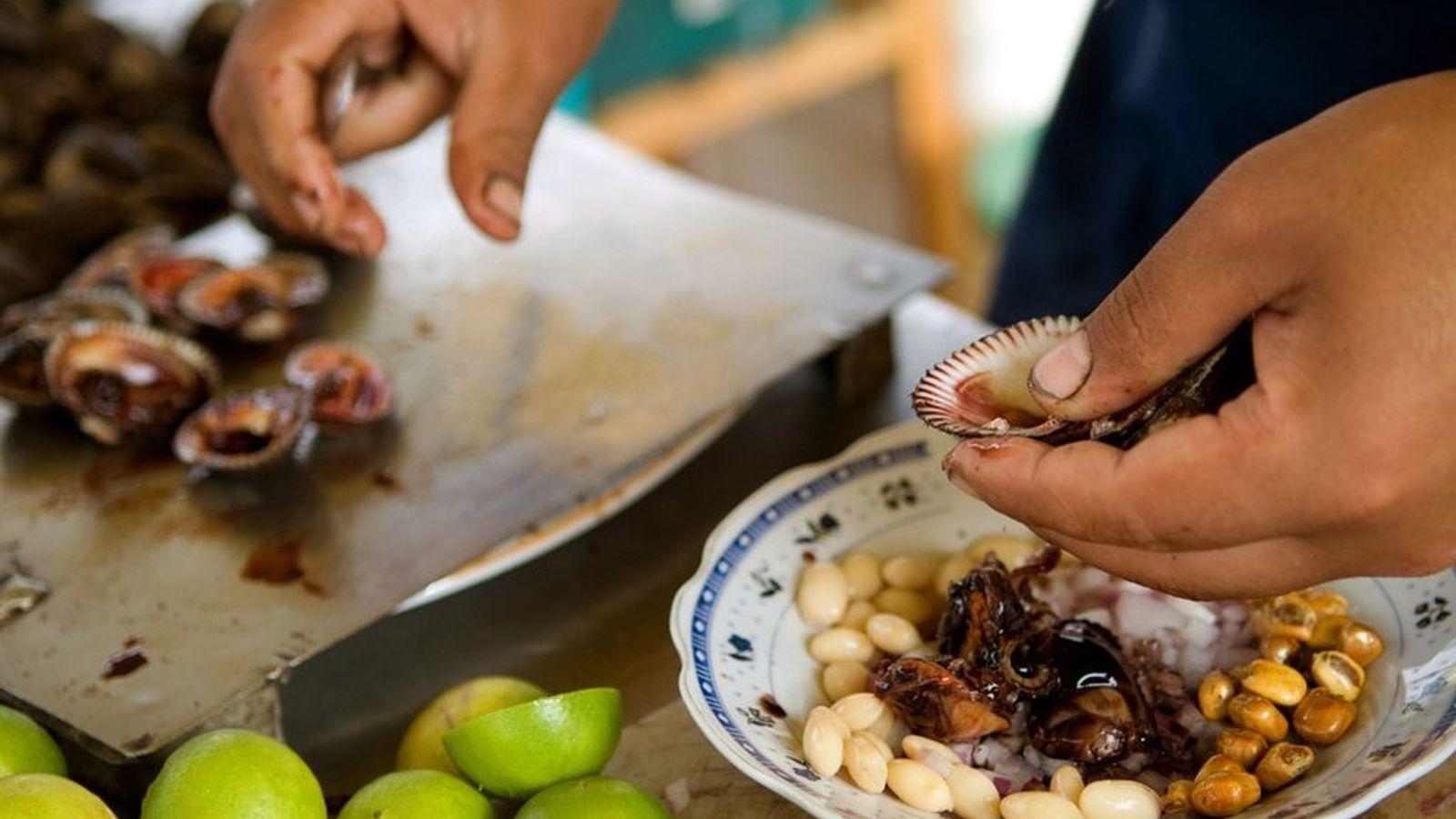 Un cocinero prepara ceviche en la ciudad costera de Máncora, Perú.