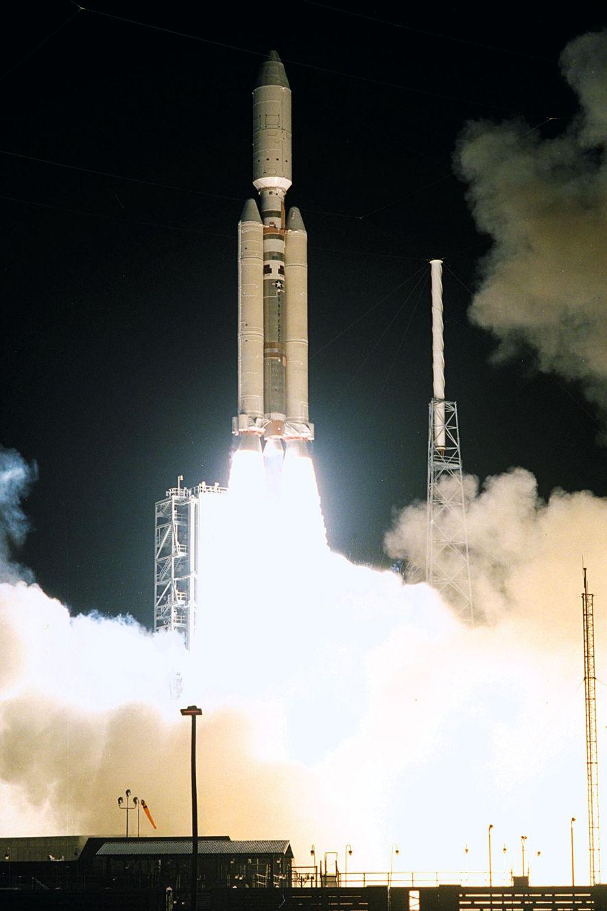 El 15 de octubre de 1997, un Titán IVB/Centaur llevó el orbitador Cassini y a su ...