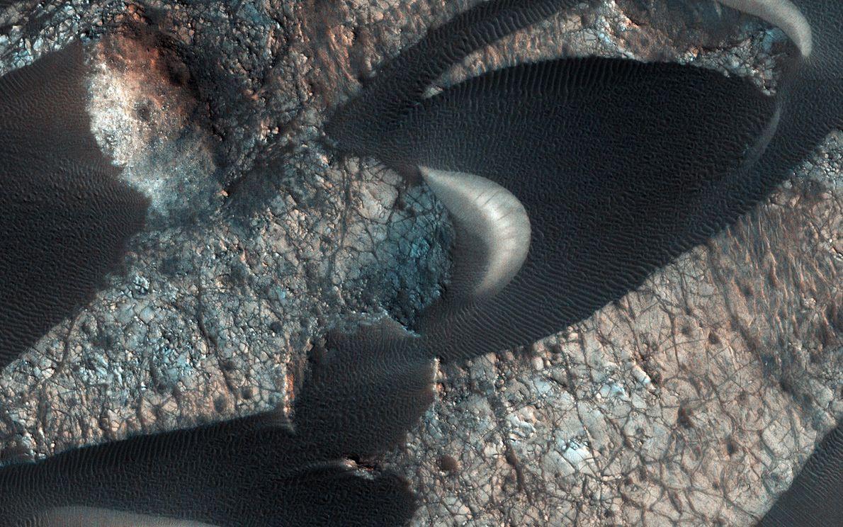 El Mars Reconnaissance Orbiter de la NASA observa dunas de arena en Nili Patera, un campo ...