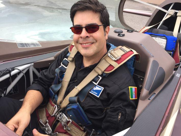 El piloto aviador y médico aeroespacial Carlos Salicrupen un avión de competencia para entrenamiento de vuelos ...