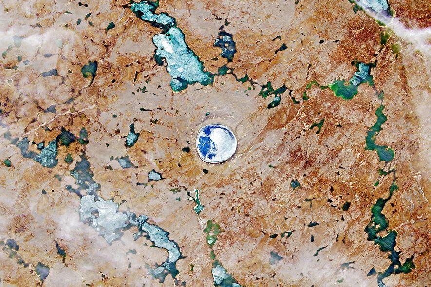 El agua y el hielo se acumulan en el cráter de Pingualuit en Quebec, Canadá.