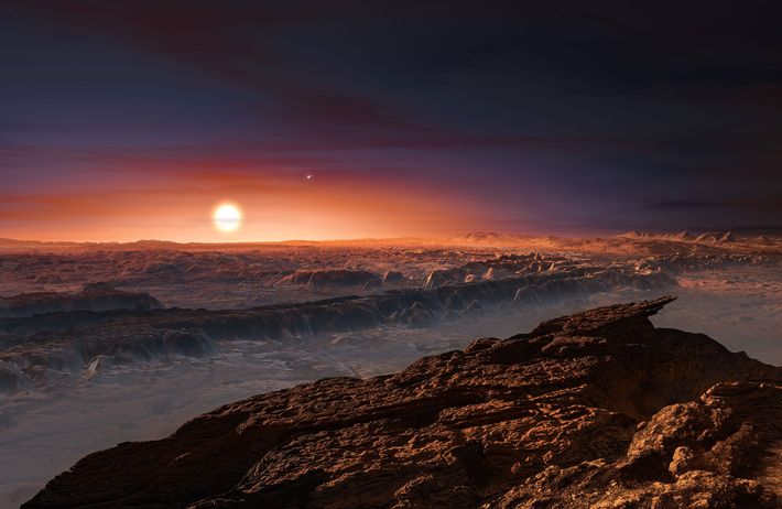 La luz roja de la estrella Proxima Centauri cae sobre la superficie del planeta Proxima b ...
