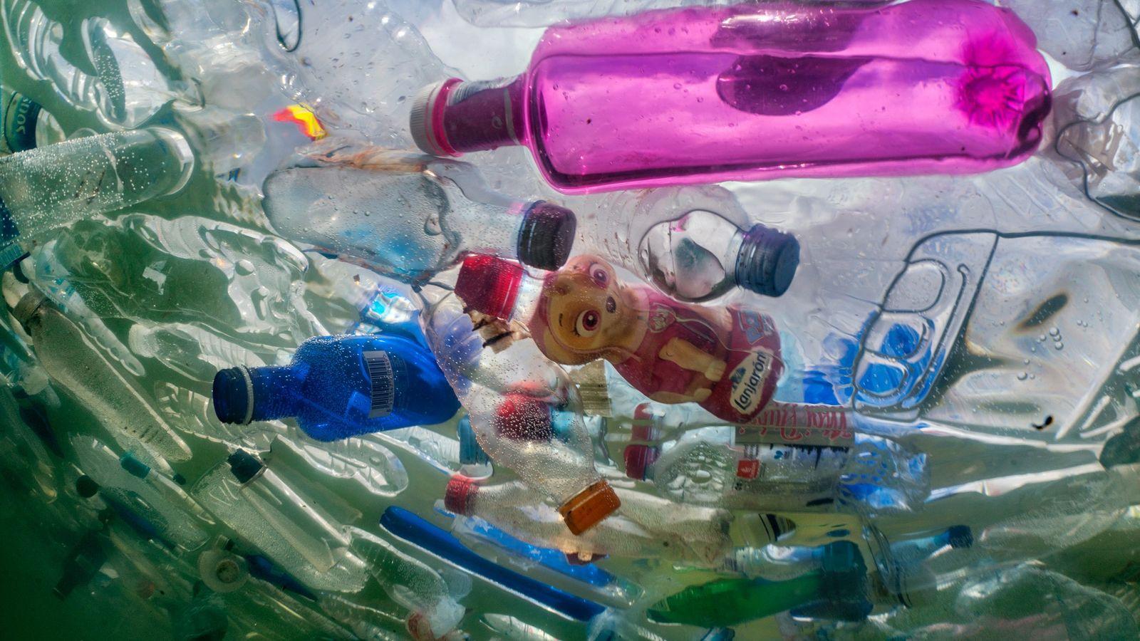Botellas de plástico en la famosa fuente de Cibeles en Madrid durante una instalación artística que ...