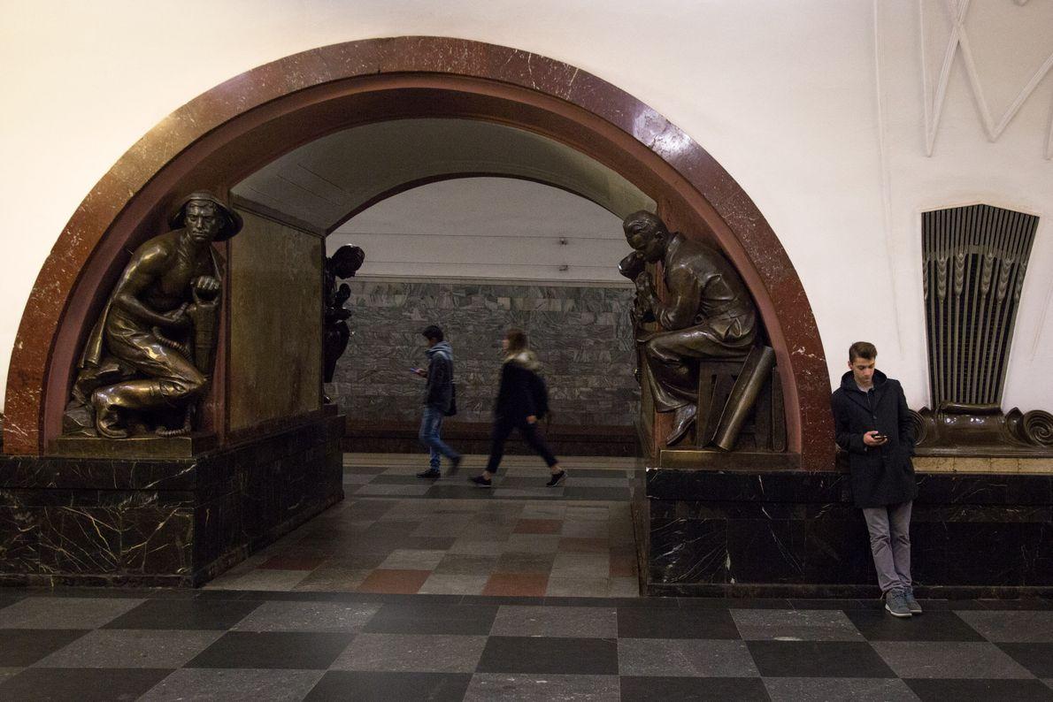 Ploshchad Revolutysii Metro Station