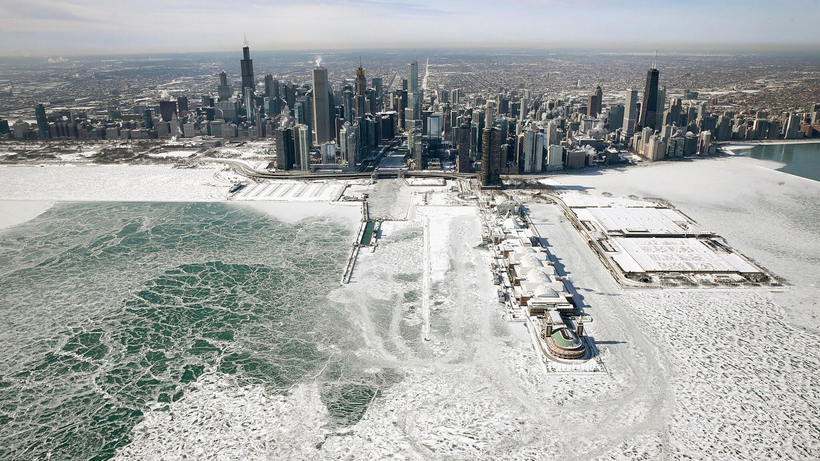 El hielo se acumuló en la orilla del lago Michigan cuando las temperaturas en enero de ...