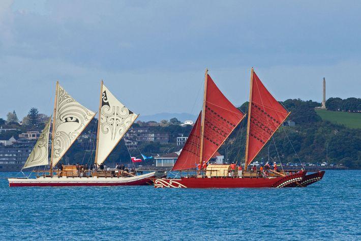 Dos waka de doble casco tradicionales, Te Matau a Maui (izquierda) y Haunui (derecha), navegan por ...