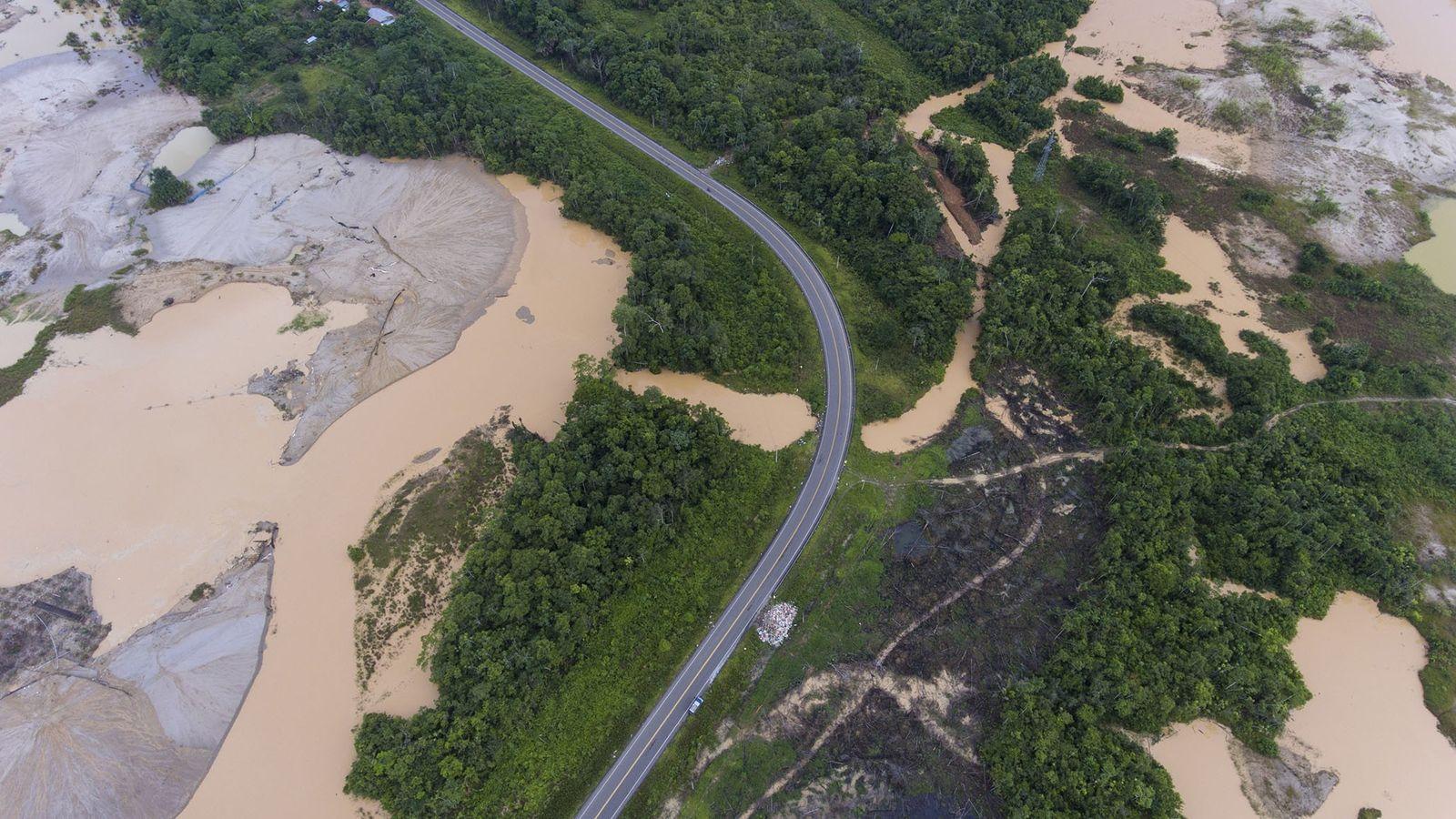 Una ruta que atraviesa un área deforestada por la minería de oro ilegal en la provincia ...