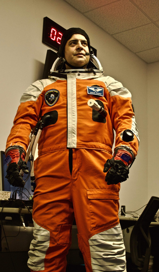 El piloto aviador y médico aeroespacial Carlos Salicrup en el entrenamiento de astronauta-científico del programa PoSSUM, ...