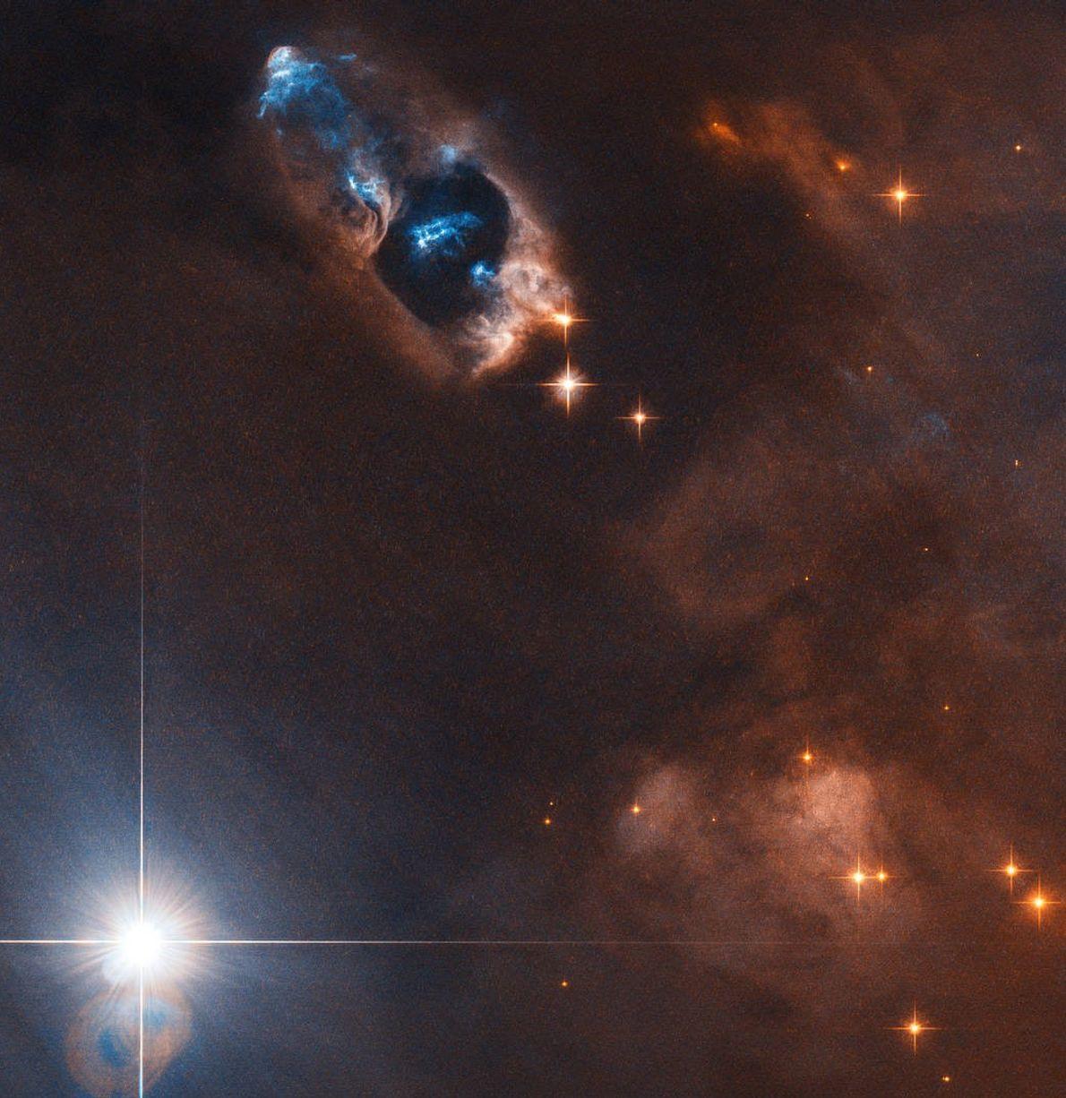 A mil años luz de distancia, el Hubble ve la pistola humeante de una estrella recién ...
