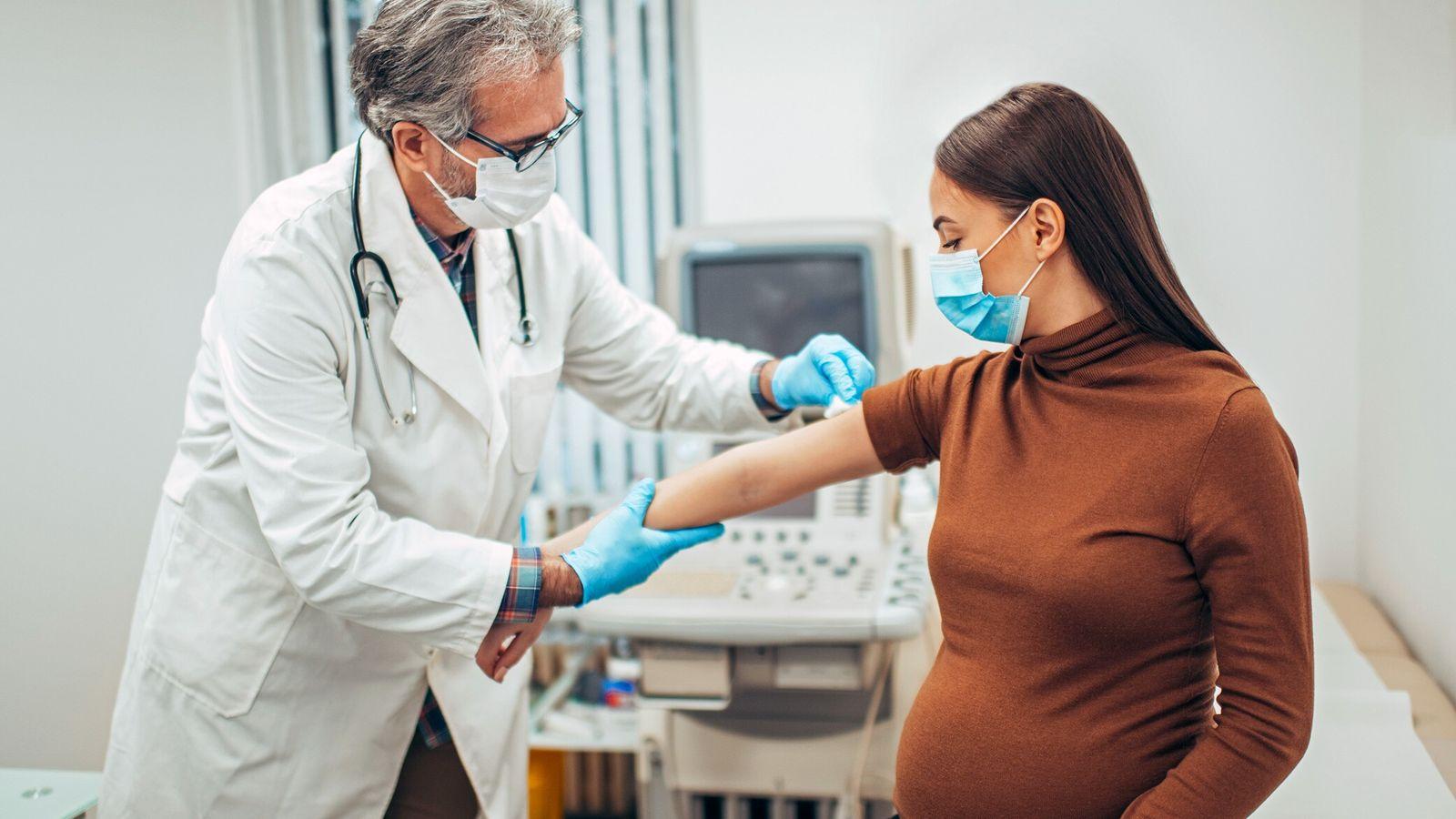 Históricamente excluidas de los ensayos clínicos, las embarazadas a menudo deben decidir si recibir vacunas y ...