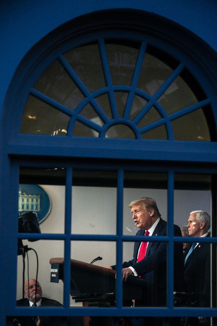 El presidente Donald Trump y el vicepresidente Mike Pence en una reunión informativa del grupo de ...