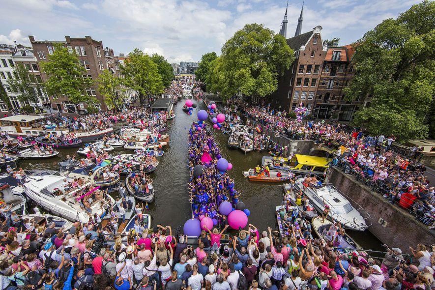 Alrededor de 80 botes repletos de participantes de la celebración flotan por el famoso sistema de ...