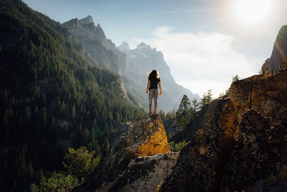 Un afloramiento rocoso perfecto prepara el terreno para una escena hermosa con una luz magnífica y ...