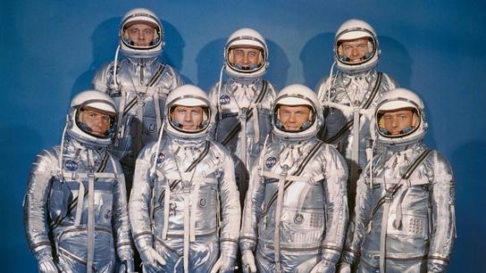 Los siete astronautas originales seleccionados en 1959 para el Programa Mercury. Primera fila, de izquierda a ...