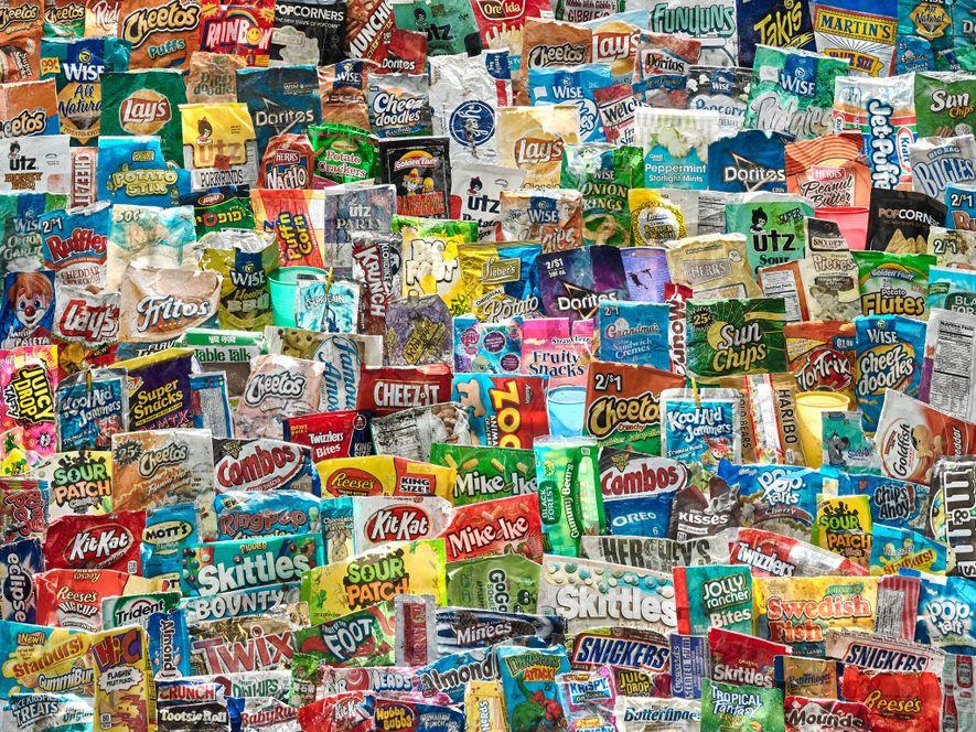 Entre la basura que se encuentra en la costa hay envoltorios de dulces, papas fritas y ...