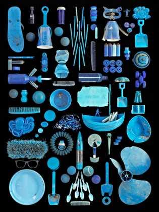 El artista Barry Rosenthal construye estos ensamblajes para ilustrar el alcance de la contaminación marina. Guarda ...