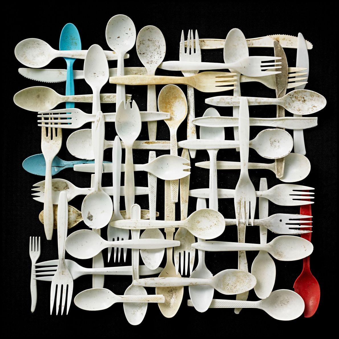 Los fabricantes diseñan productos como utensilios de plástico y tazas para llevar, que se utilizarán solo ...