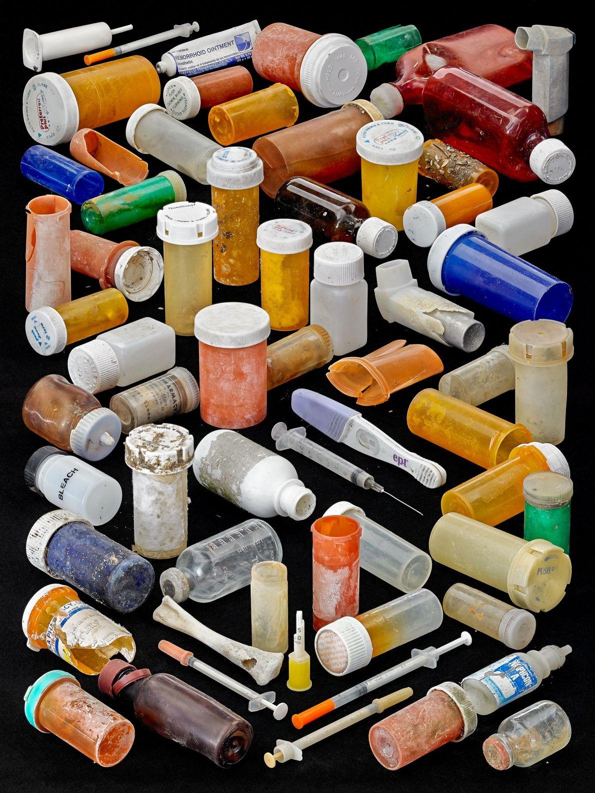 Hasta los desechos farmacéuticos, como envases de pastillas, jeringas e inhaladores, llegan hasta la playa y ...