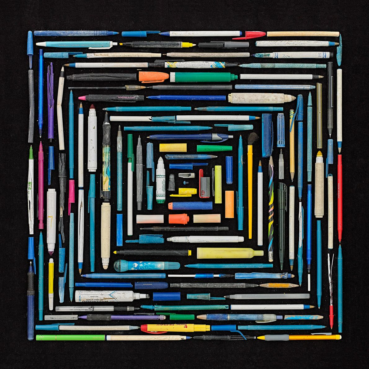 Rosenthal creó un retrato angular con bolígrafos, lápices y marcadores. Suele encontrar estos artículos esparcidos a ...