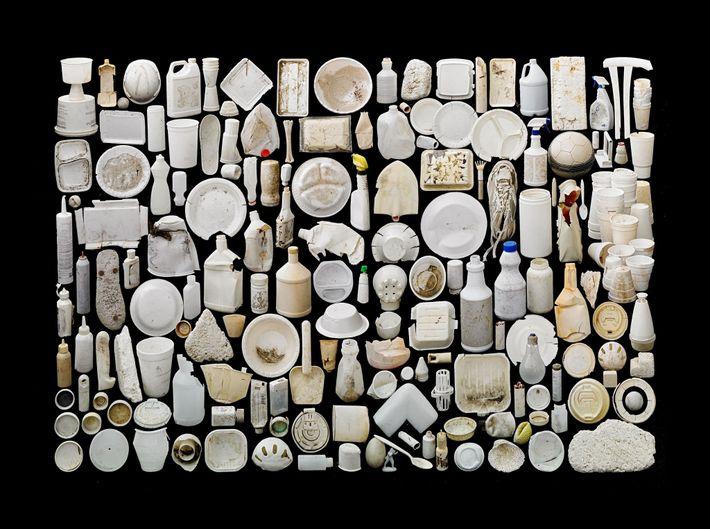 Estos objetos tienen poco en común más allá de sus tonos blancos y la degradación provocada ...