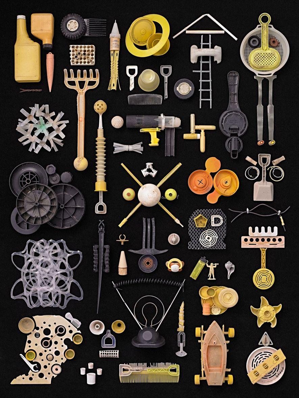Rosenthal eligió objetos de plástico de formas extrañas para esta composición.