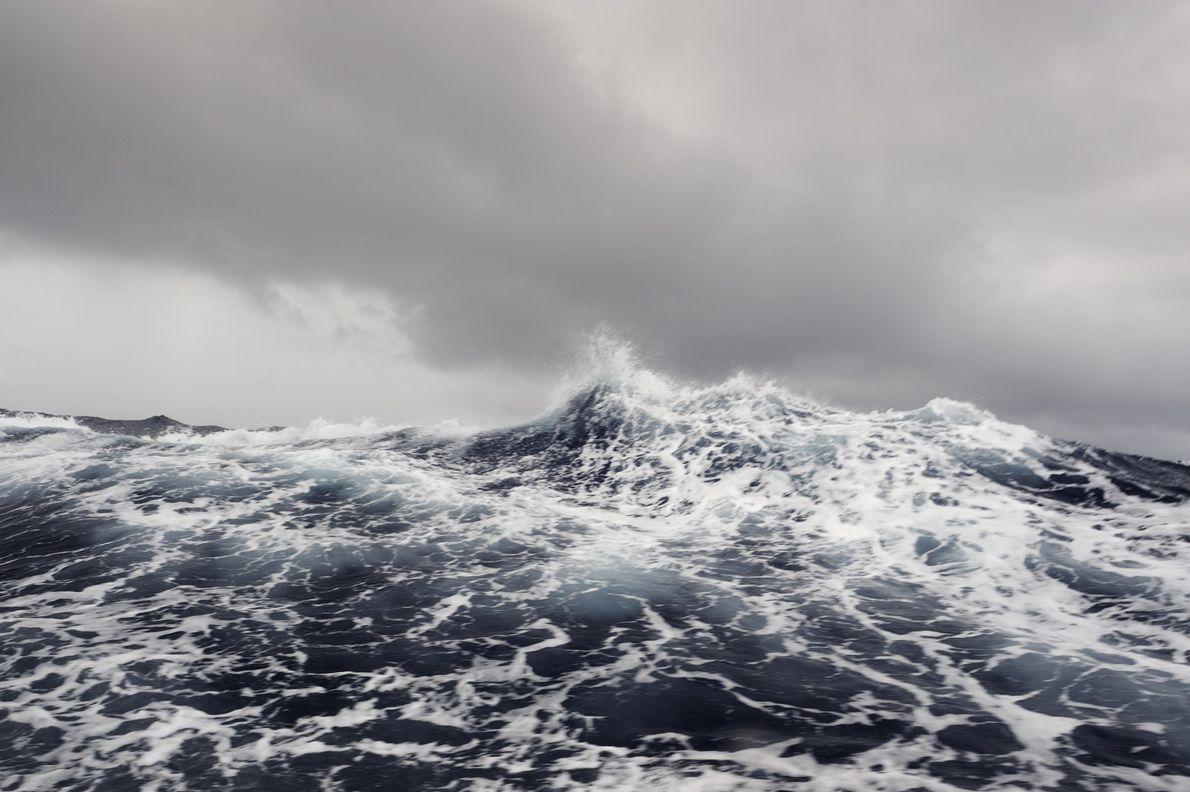Mares agitados en el Océano Pacífico sur central. El área protegida de la isla de Phoenix ...