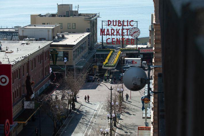 Peatones caminan por las calles desiertas cerca del Public Market Center en Seattle.