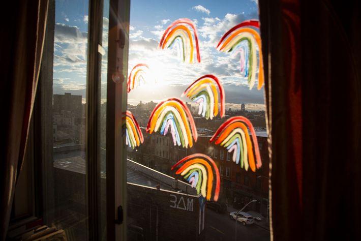 Luego de escuchar que las personas estaban poniendo arcoíris en sus ventanas para que los niños ...