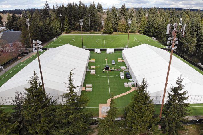 Un hospital se erige en la cancha de fútbol cerca de Seattle donde la hija del ...