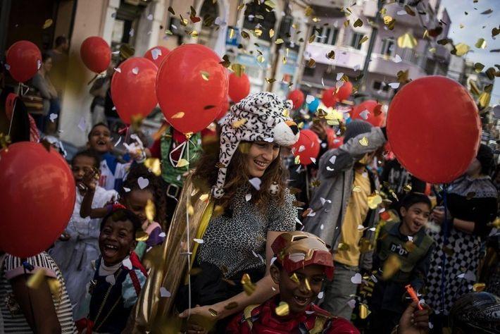 Los lugareños llevan disfraces imaginativos en las fiestas callejeras del Purim en Tel Aviv, Israel.