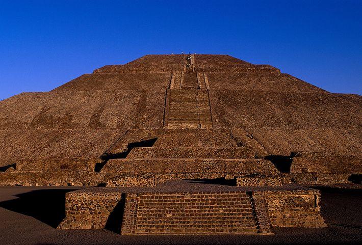 La Pirámide del Sol en Teotihuacán se alza en contraste al cielo color cobalto, en la ...