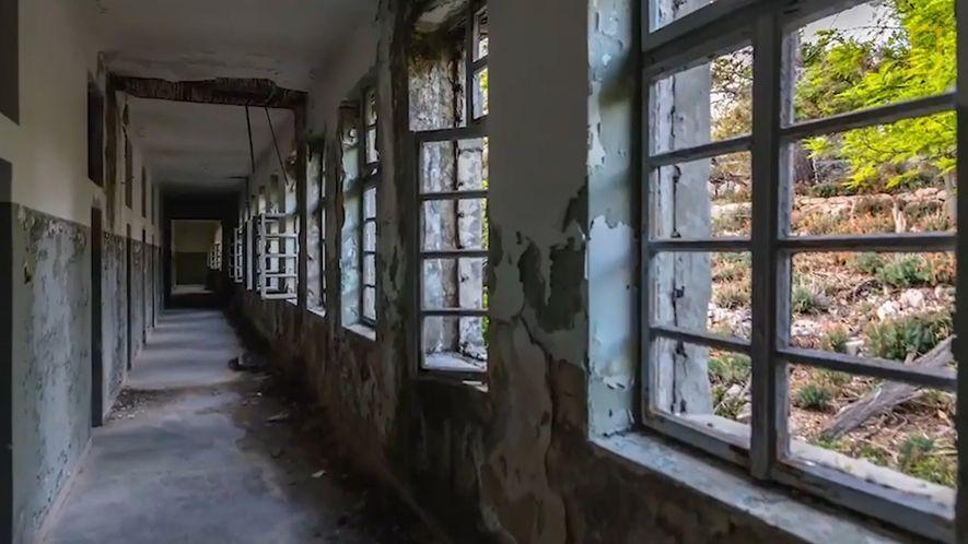 Mira de cerca la prisión de una isla abandonada en Croacia