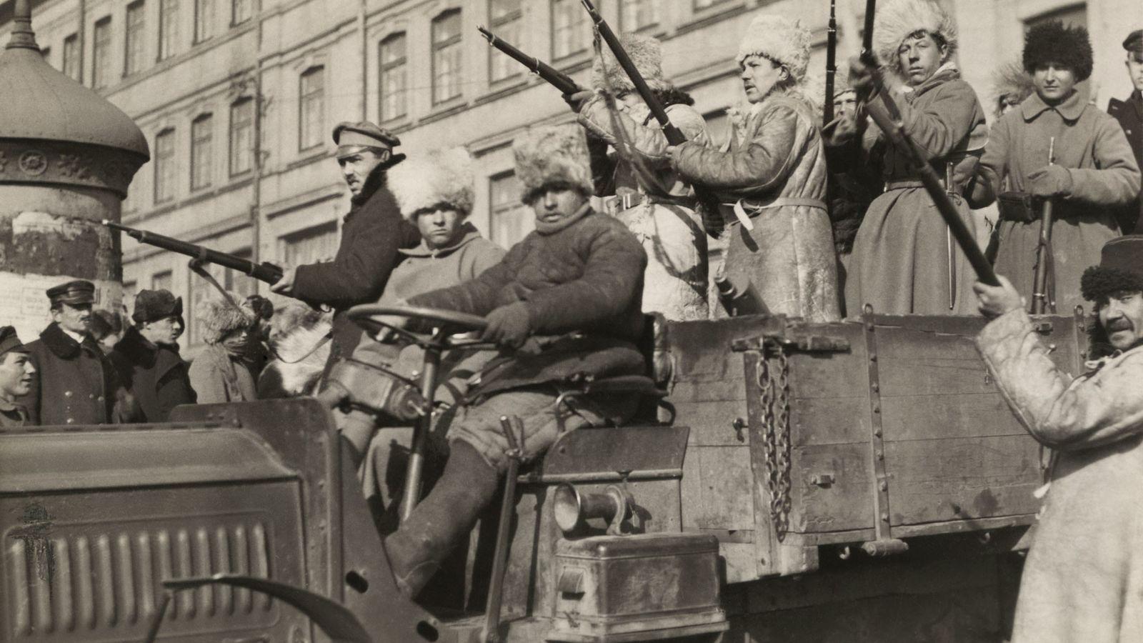 Bolcheviques con armas en un camión en Vladivostok, Rusia, en 1920. Liderado por Vladimir Lenin, el ...