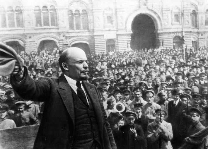 El líder ruso Vladimir Lenin hablándoles a sus solados en el primer aniversario de la fundación ...