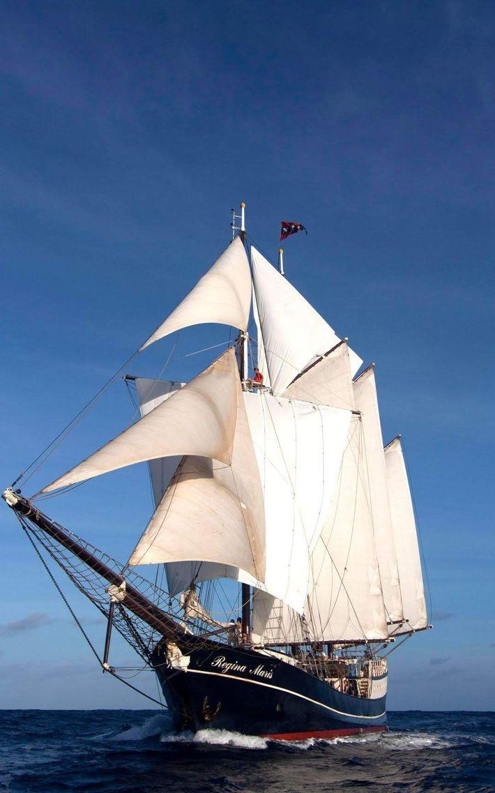 Goleta de tres mástiles Regina Maris, a bordo de la cual se realizará la travesía.