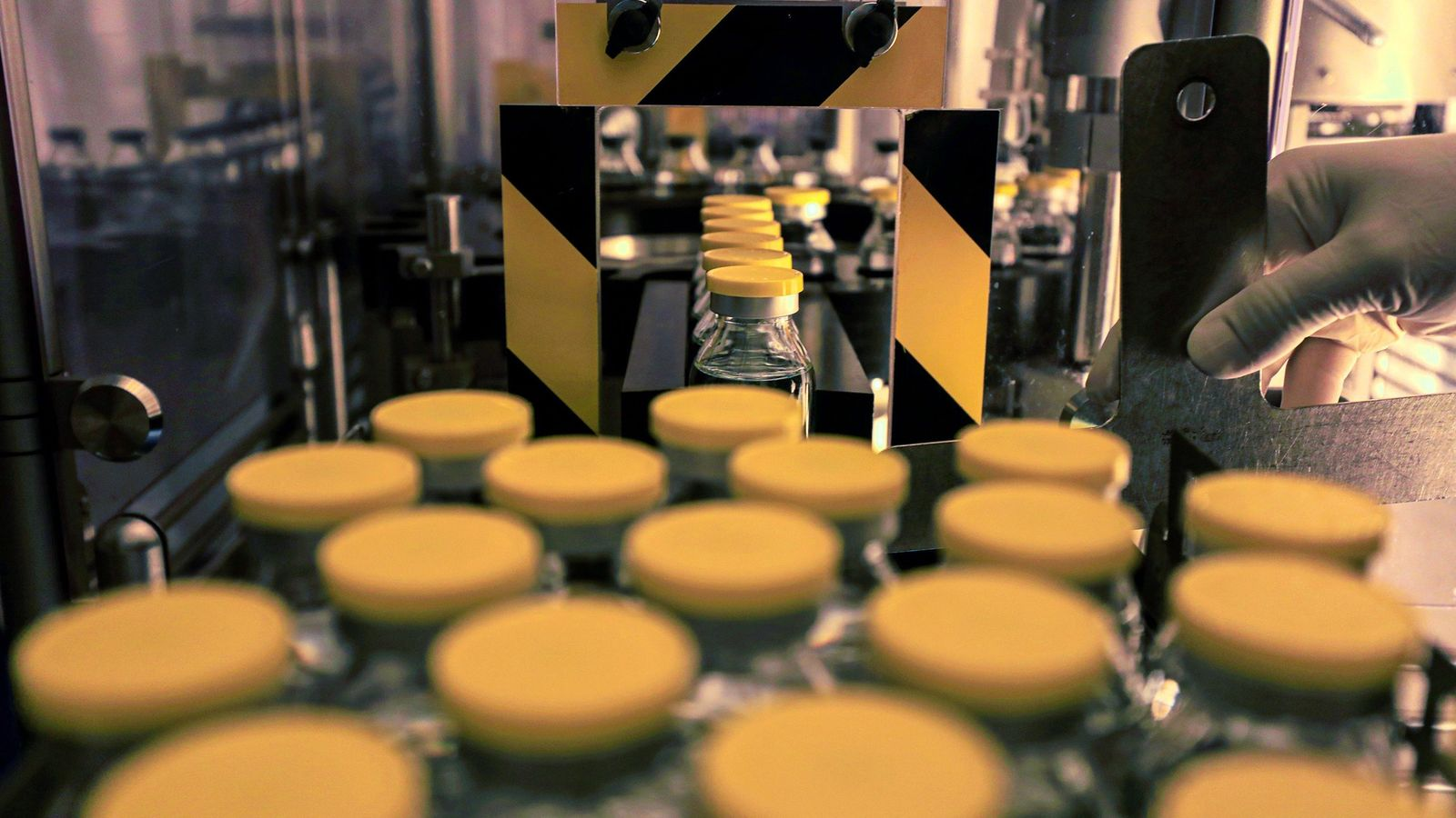 Un técnico de laboratorio trabaja en el medicamento antiviral remdesivir en las instalaciones de Eva Pharma ...