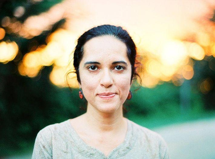 Rena Effendi nació y creció en Bakú, Azerbaiyán, y es una fotógrafa galardonada de National Geographic.