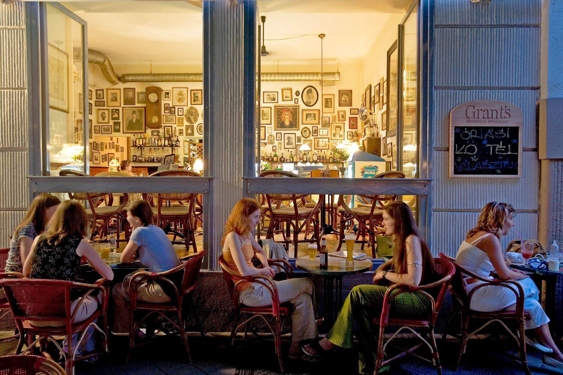 Una cafetería en Budapest, Hungría