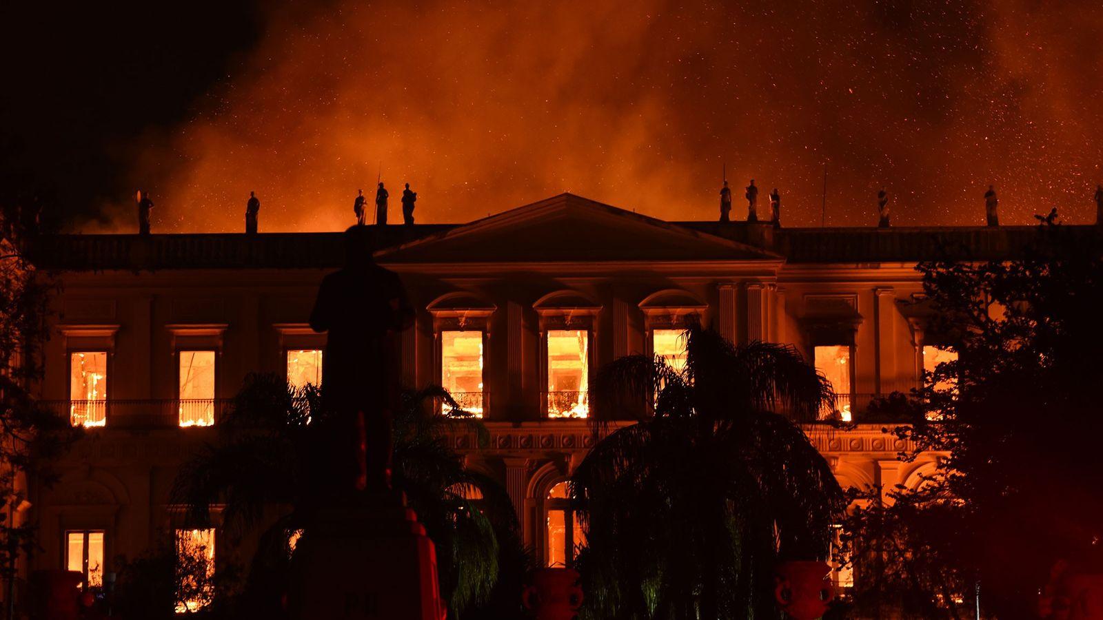 Las llamas se extienden a través del edificio principal del Museo Nacional en Río de Janeiro, ...