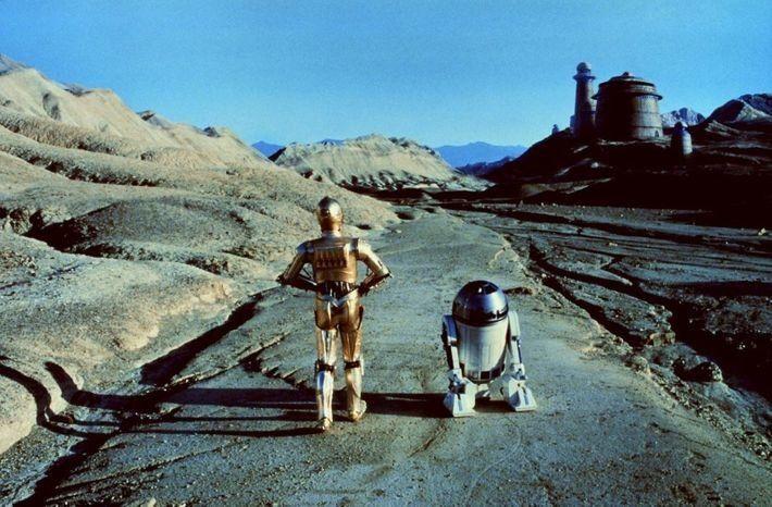 Los icónicos robots de Star Wars C-3PO y R2-D2 se acercan al palacio de Jabba el Hutt en el ...