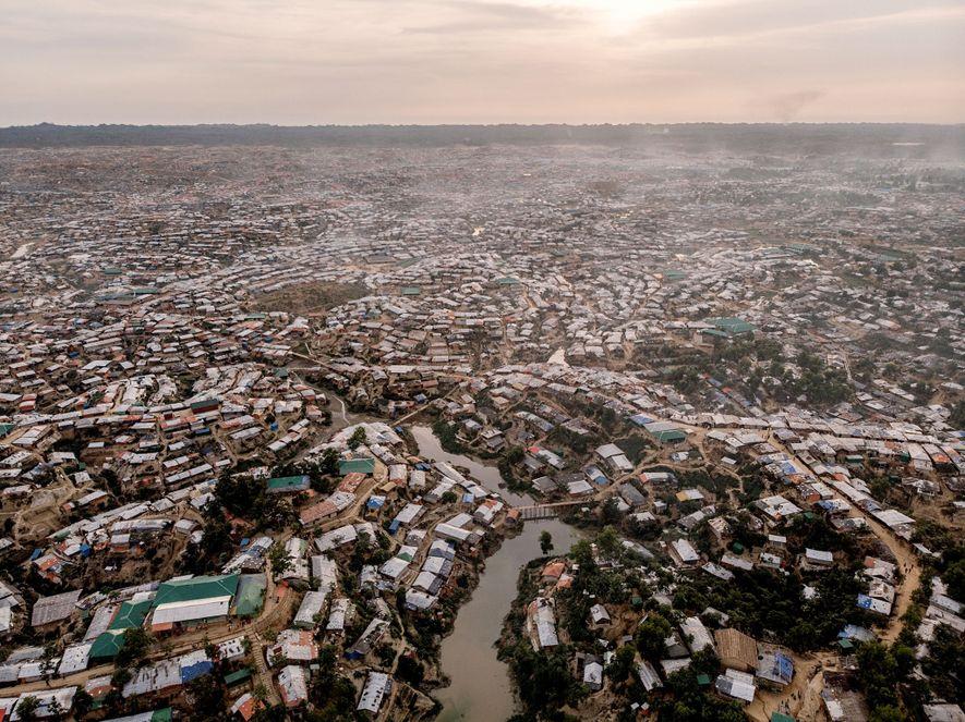 El área donde se encuentra Kutupalong fue una vez bosque. Ahora, es una red en expansión de infraestructura densamente comprimida. Hay aproximadamente 50.000 casas improvisadas en el campamento. Muchas albergan múltiples familias.