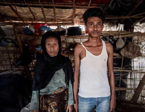 Anwara Begum, junto a su hijo Mohammad, perdió a su marido Yakub Ali cuando un elefante atravesó el campo, pisoteando su hogar mientras dormían.