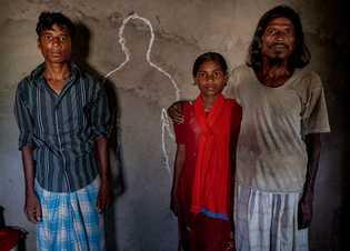 Una familia bangladesí rodea el contorno con tiza de Mohammed Alam, de 12 años, que falleció ...