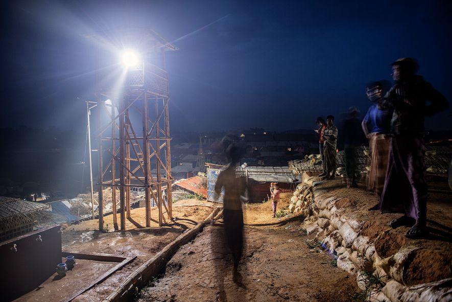 Esta torre de observación de elefantes es una de las 98 instaladas en todo el sistema de campamentos. Cada torre está atendida en todo momento por dos miembros del Equipo de Respuesta de Elefantes. Compuesto por 550 refugiados rohingya, el equipo de respuesta ha impedido hasta ahora que 28 elefantes ingresen a los campamentos, ahuyentándolos con la luz y el ruido.
