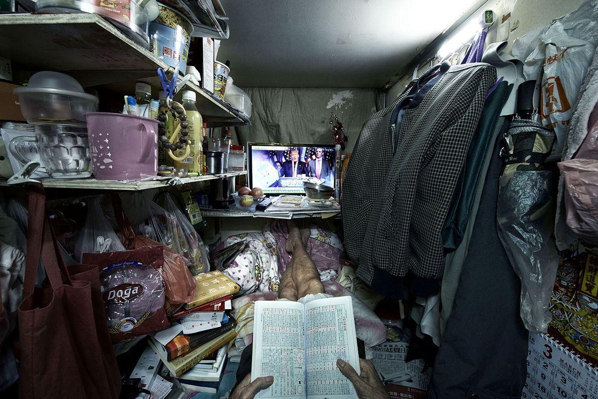 El señor Leung es uno de los pocos habitantes de estas «jaulas» que lee con frecuencia. ...