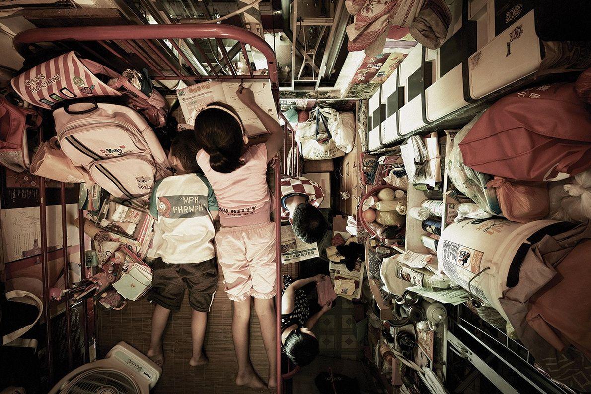 Este cubículo de 4,5 metros cuadrados es un espacio con varias funciones para la familia Leung: ...