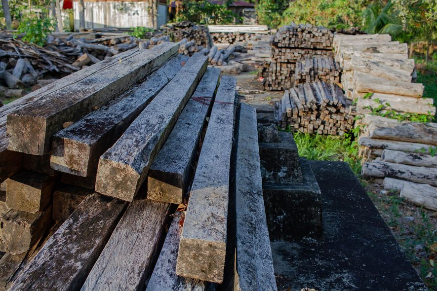 Parecido a un depósito de madera abandonado, un almacén público al aire libre en Guatemala contiene ...